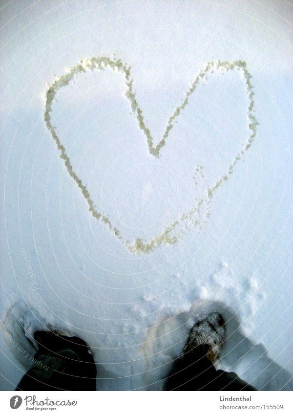 Liebesbeweis in weiß Schnee Herz Gemälde Fotografie Mensch Pisa Verliebtheit urinieren Urin Pippi Langstrumpf Liebesbekundung