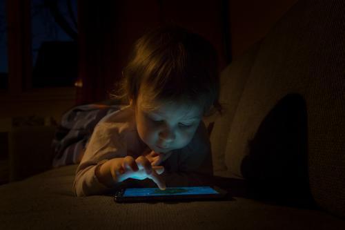 Medienkinder Mensch Kind Spielen Kommunizieren Technik & Technologie Beginn Telekommunikation Computer lernen Dinge Abenteuer Internet Spielzeug Handy