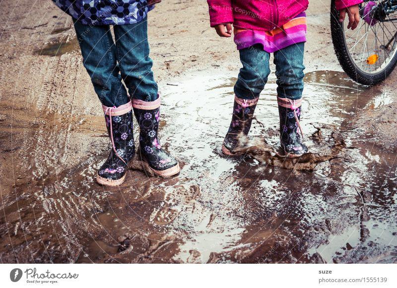 Menschenskinder Kind Freude kalt Herbst Beine Spielen klein Mode Fuß Regen Wetter Freizeit & Hobby Erde dreckig paarweise