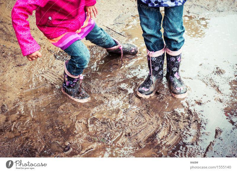Kleines Schlammassel Mensch Kind Freude kalt Herbst Spielen Beine klein Mode Fuß Regen Wetter Freizeit & Hobby Erde dreckig Kindheit