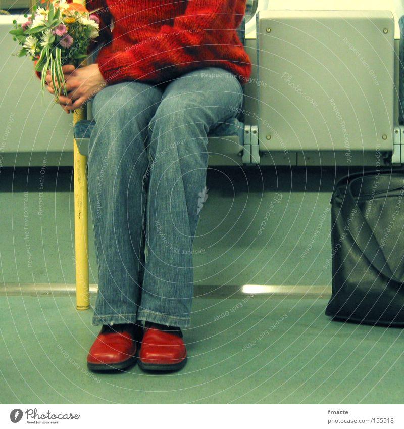 Frau mit Blumenstrauß rot Ferien & Urlaub & Reisen warten Geburtstag sitzen Geschenk