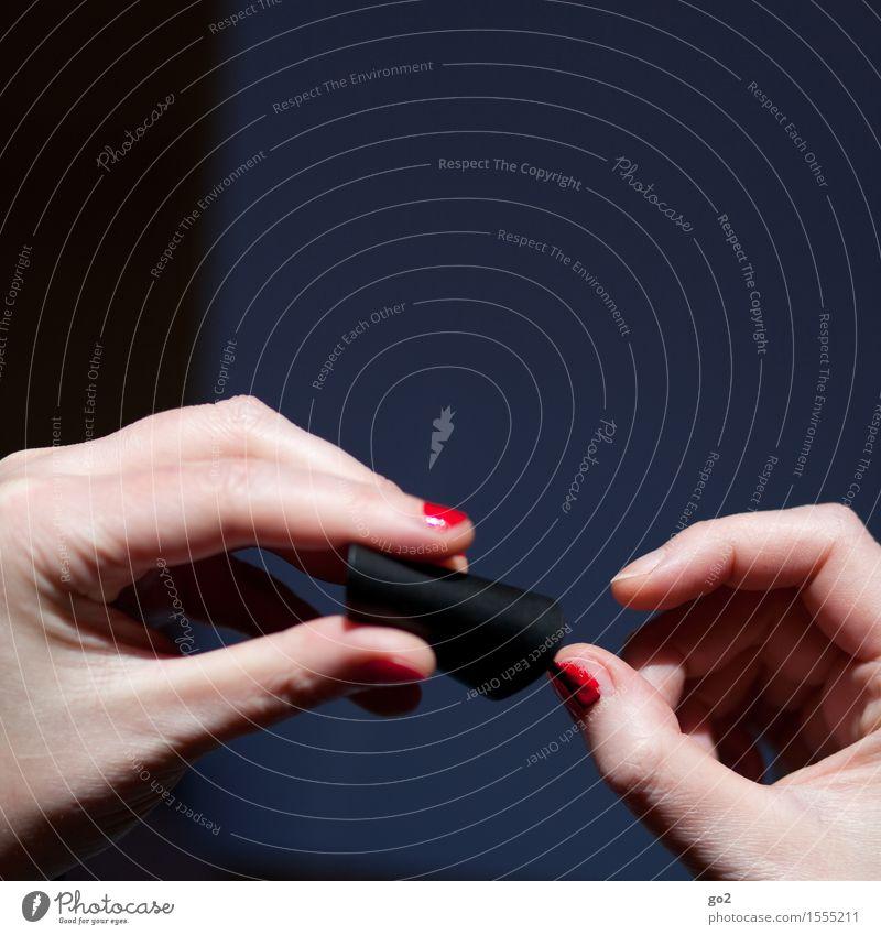 Nagellack Lifestyle Stil schön Körperpflege Maniküre ausgehen Mensch feminin Frau Erwachsene Leben Hand Finger 1 ästhetisch rot Farbe Farbfoto Innenaufnahme