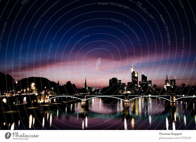 Frankfurt am Main Wasser blau Wolken dunkel Nacht Architektur Deutschland Hochhaus Europa Brücke Tourismus Fluss Bankgebäude violett Bürogebäude Skyline