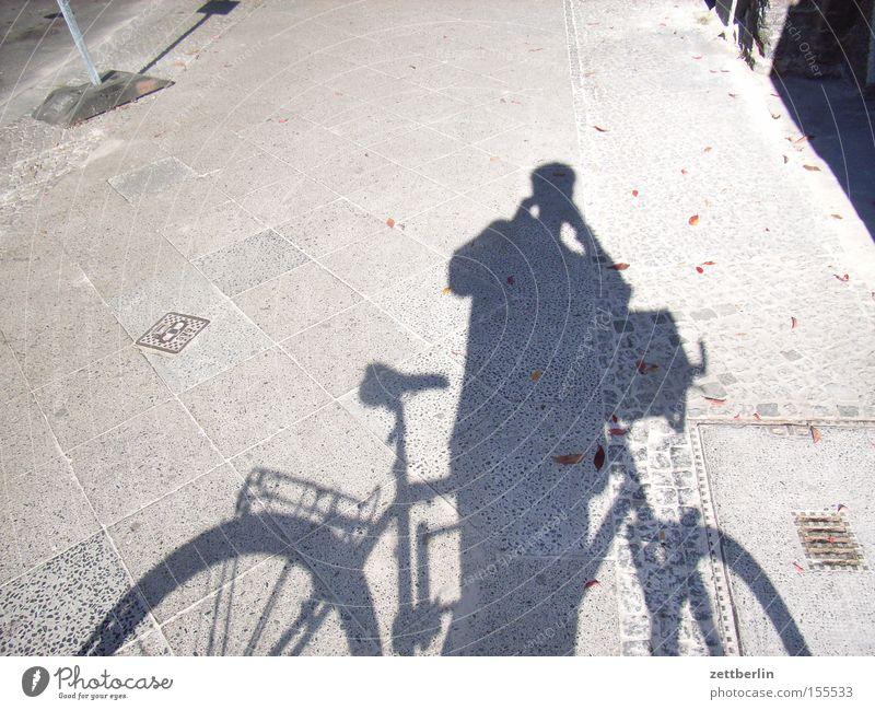 Abfotografierter Schatten Mensch Mann Spielen Fahrrad Ausflug Verkehr Pause Bürgersteig Rad Fotograf unterwegs Fotografieren Fahrradweg