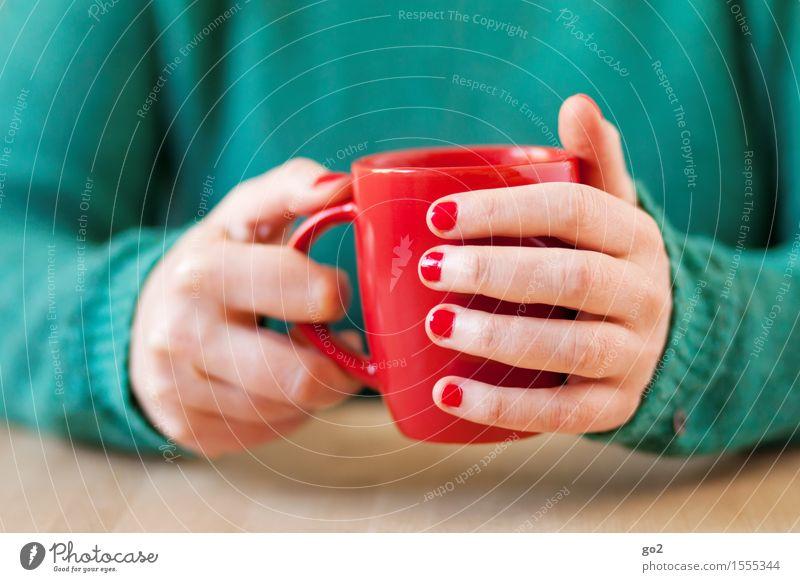 Rote Tasse Mensch Frau grün Hand Erholung rot ruhig Erwachsene Leben feminin Lifestyle Häusliches Leben Freizeit & Hobby Tisch Finger Pause