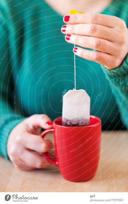 Tee trinken Getränk Heißgetränk Tasse Becher Nagellack Gesundheit Gesunde Ernährung Wellness Leben harmonisch Wohlgefühl Zufriedenheit Erholung ruhig