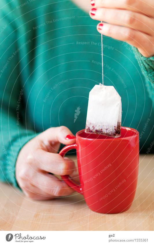 Tee Mensch Frau grün Gesunde Ernährung Hand Erholung rot ruhig Erwachsene Leben feminin Gesundheit Zufriedenheit Tisch genießen Finger
