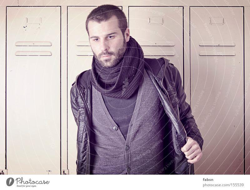 HAARE AM OVAL Blick Mann Erwachsene Mode Jacke Schal Denken Trauer Verzweiflung Vergänglichkeit Spind Schrank leer Gedanke Traurigkeit