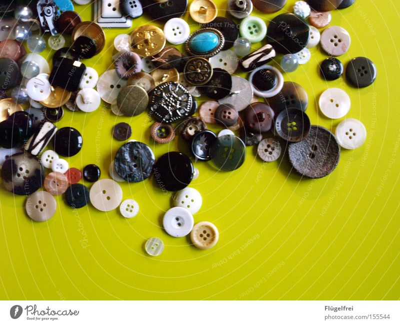 Knopf und Knopf gesellt sich gern Reichtum Freizeit & Hobby Handarbeit Handwerk rund grün schwarz türkis weiß Knöpfe Vielfältig Nähen Haufen Rechteck groß-klein