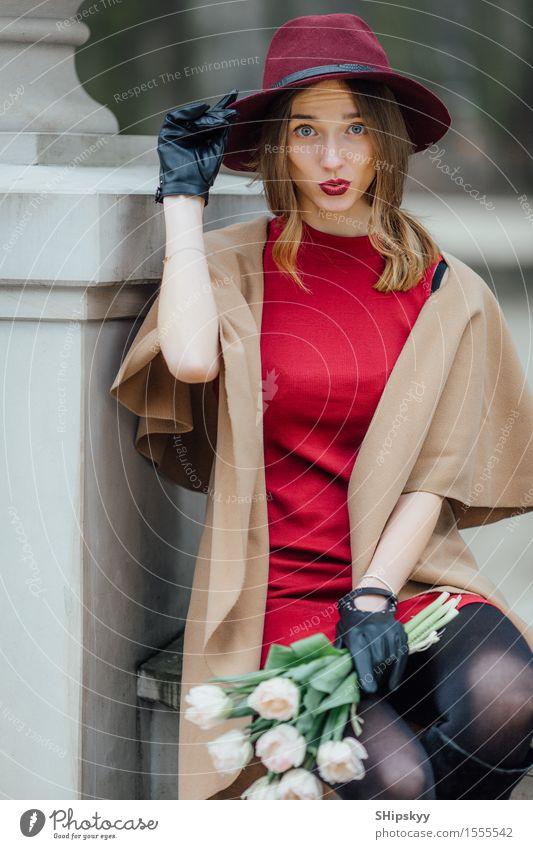 Frau, die auf dem Parkhintergrund mit weißen Blumen sitzt elegant Stil schön Mensch Mädchen Erwachsene Lippen Wetter Tulpe Mode Bekleidung Pullover Pelzmantel