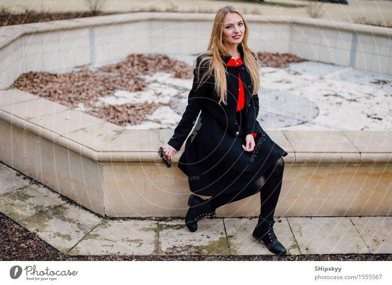Frau, die auf der Straße mit Unschärfehintergrund steht Lifestyle elegant Stil schön Gesicht Schminke Mensch Mädchen Erwachsene Herbst Kleinstadt Stadt Mode