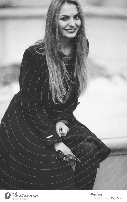 Frau, die auf der Straße mit Unschärfehintergrund steht Mensch Stadt schön Erotik Mädchen Gesicht Erwachsene Herbst Stil Lifestyle Mode Behaarung elegant modern
