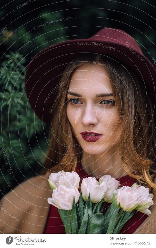 Hübsche Frau, die mit weißen Blumen steht Mensch Himmel Natur schön Sommer Erotik Mädchen Gesicht Erwachsene natürlich Glück Mode frisch elegant