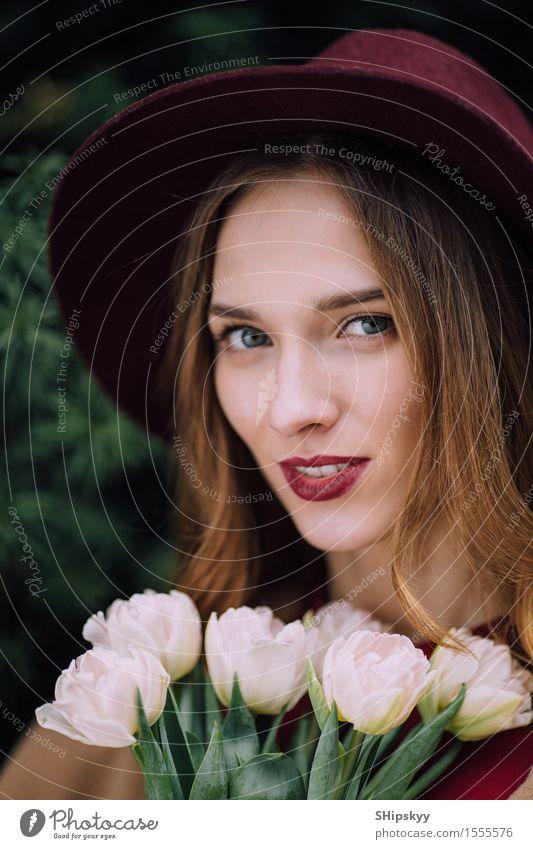 Hübsche Frau, die mit weißen Blumen steht elegant Glück schön Haut Gesicht Schminke Spa Sommer Mensch Mädchen Erwachsene Lippen Natur Himmel Mode Hut Lächeln