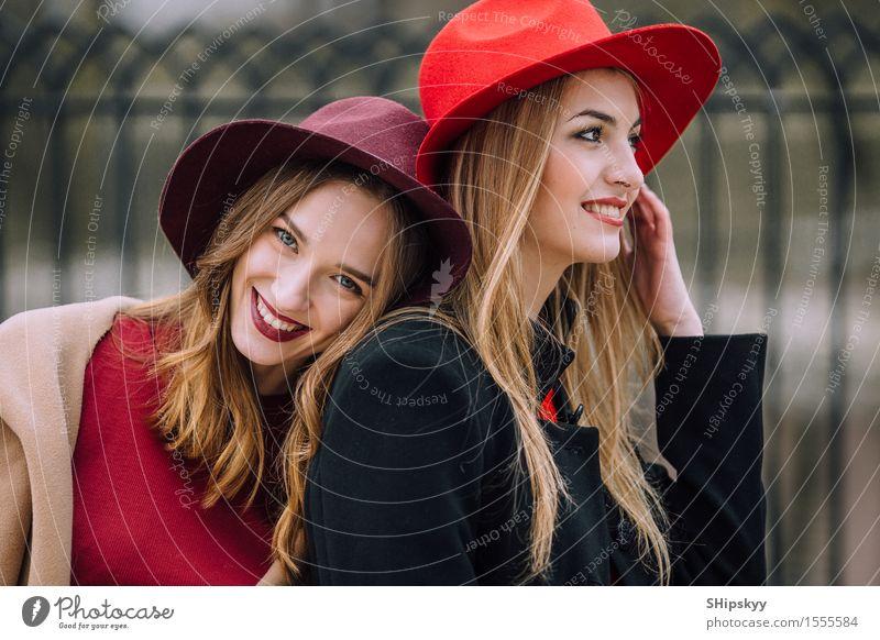 Zwei Mädchen, die auf der Bank und dem Lächeln sitzen Lifestyle Freude Glück schön Gesicht Sitzung sprechen Mensch feminin Frau Erwachsene Freundschaft Zähne