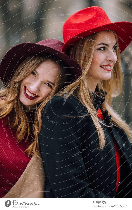 Mensch Frau Natur schön Farbe weiß rot Freude Mädchen Gesicht Erwachsene sprechen Herbst feminin Lifestyle lachen