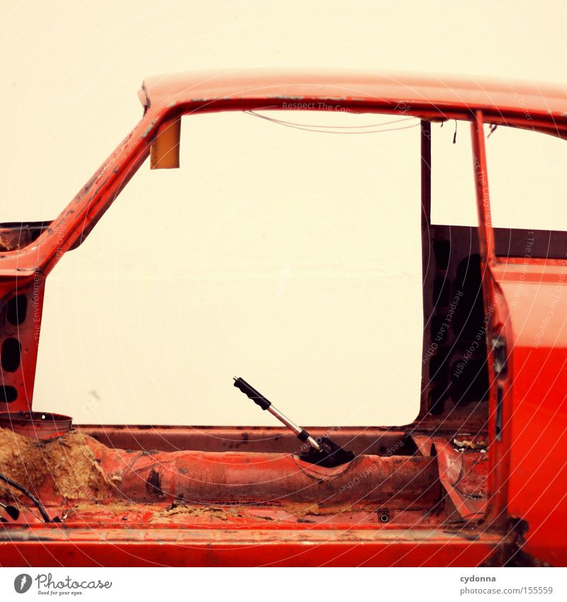 Immer schön locker bleiben! alt rot Bewegung PKW Verkehr KFZ Vergänglichkeit obskur Fahrzeug Rahmen Rest Schrott fehlen roh Panne Autowrack