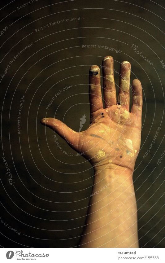 Take Five Mann Hand Farbe Wand dreckig Arme Finger Hautfalten Konzentration Daumen gestikulieren Faust Gelenk Zeigefinger Mensch Mittelfinger