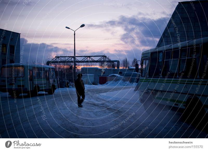 ZOB Winter Schnee Wolken Bahnhof Verkehr Öffentlicher Personennahverkehr PKW Bus kalt KFZ Laterne Abgas Russland eine Person Außenaufnahme Morgen Dämmerung