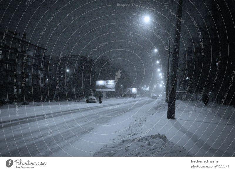 Troitskij Prospekt Winter Schnee Haus Baum Stadt Fenster Verkehrswege Straße PKW dunkel kalt Einsamkeit Laterne Russland KFZ Schwarzweißfoto Außenaufnahme Nacht