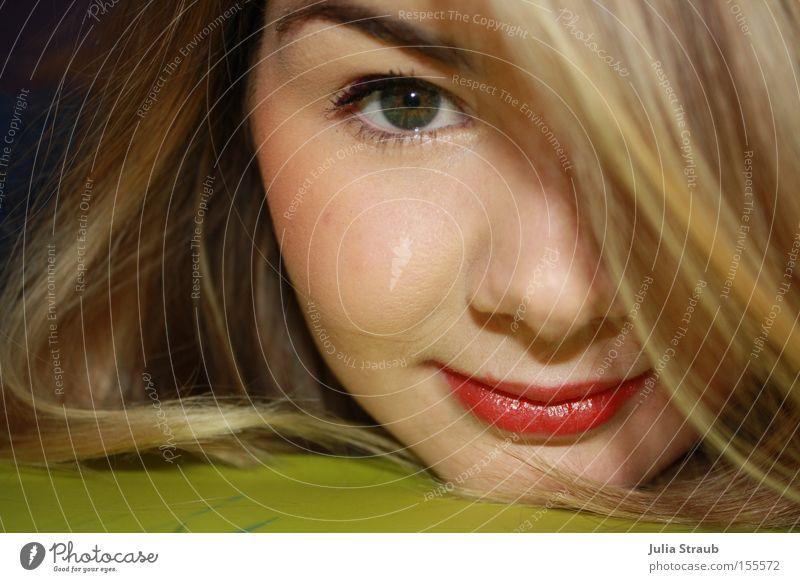 Rote LIppen Freude Haare & Frisuren feminin Frau Erwachsene Jugendliche Auge Lippen 1 Mensch 18-30 Jahre blond grün rot Augenbraue Junge Frau Kinn Lippenstift
