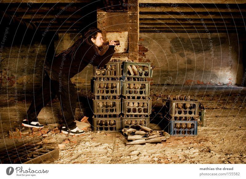 MILIEUSTUDIE PART: III ***FLATRATESAUFEN*** Flasche Bier trinken Alkohol alt Einsamkeit Jugendliche Rauschmittel Sucht Mann Langeweile Absturz verfallen Trauer