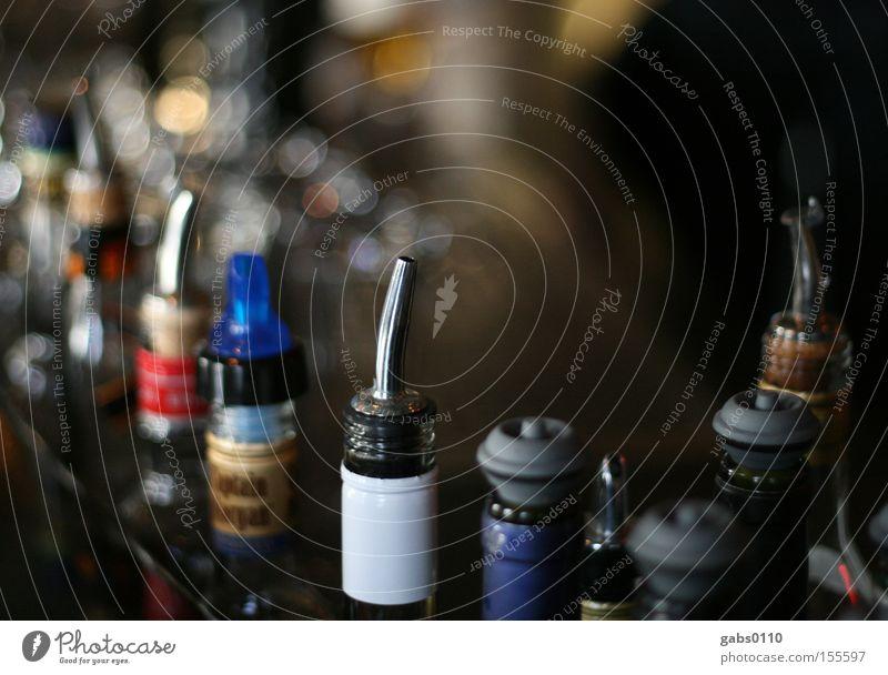 Noch einen, bitte! Bar trinken Getränk Mixgetränk ausgehen Alkohol Wirt Nachtleben Cocktail Flasche Alkoholisiert Gesellschaft (Soziologie) aussschenken
