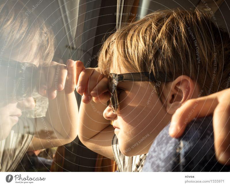 Durchblick Mensch maskulin Kind Junge Hand 1 3-8 Jahre Kindheit Sonne Sonnenlicht Schönes Wetter Bus T-Shirt Sonnenbrille blond Glas beobachten entdecken fahren