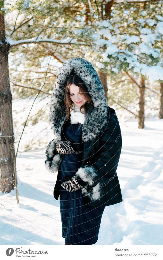 im Winter erwartet Natur Jugendliche Junge Frau Baum Freude Wald Erwachsene Leben Liebe Lifestyle feminin Schnee Stil Garten Freiheit
