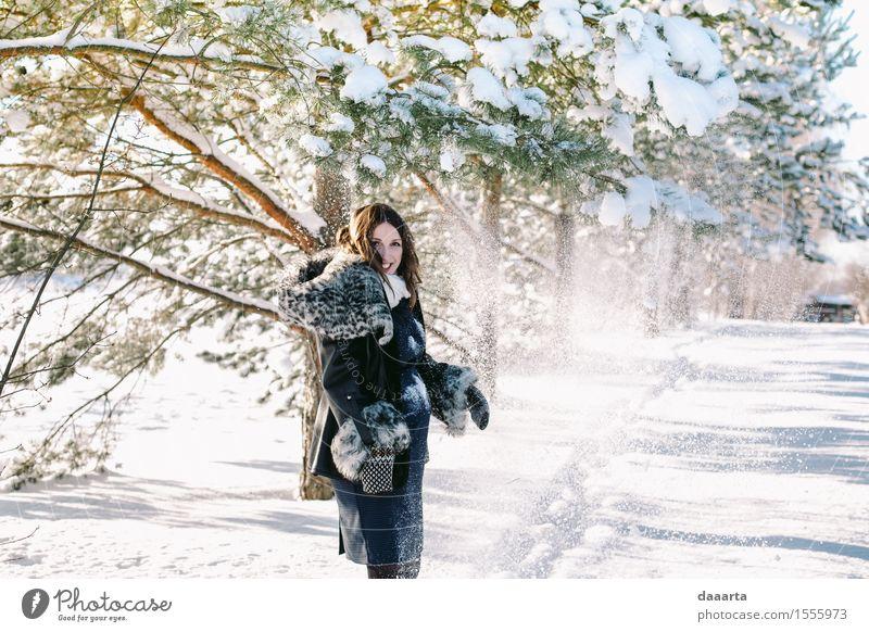 glückliche Mutter Natur Jugendliche Junge Frau Baum Landschaft Freude Winter Erwachsene Leben Gefühle feminin Schnee Stil Lifestyle Spielen lachen