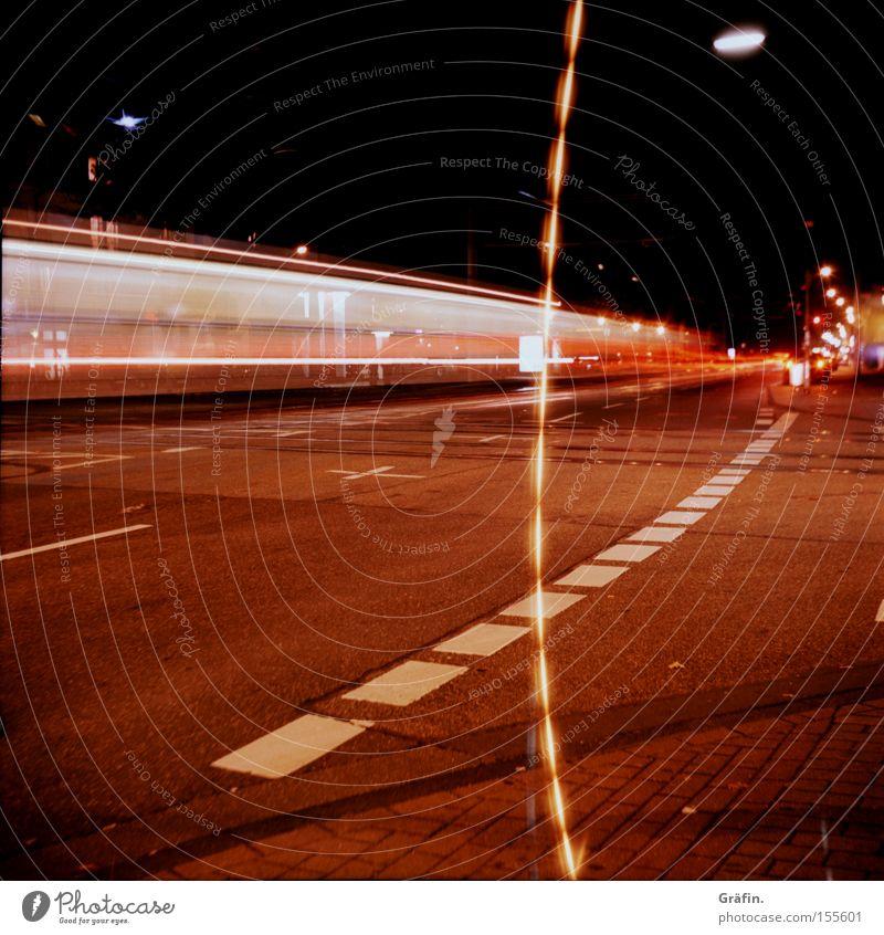 wuuuuuuuuusch Straße Bewegung Beleuchtung Verkehr Geschwindigkeit Köln Bürgersteig Verkehrswege Straßenbahn Mittelformat Fahrbahnmarkierung Lichtstreifen