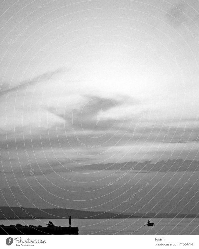 Anglerparadies Meer Wasserfahrzeug Fischer Himmel Wolken Strand Berge u. Gebirge Felsen Horizont Mensch Ferien & Urlaub & Reisen Ferne Kroatien Schwarzweißfoto