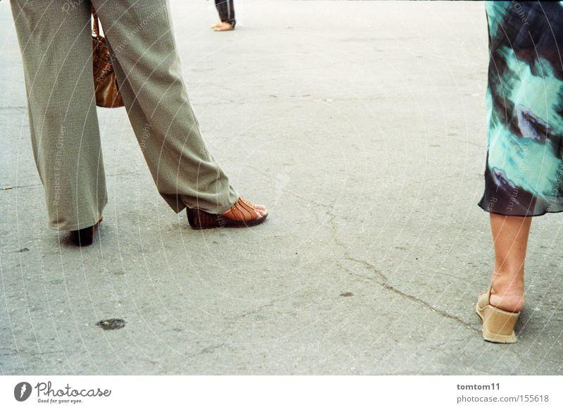 drei beine Mensch Straße Menschengruppe grau Schuhe Beine warten Beton Kleid Tasche Verabredung