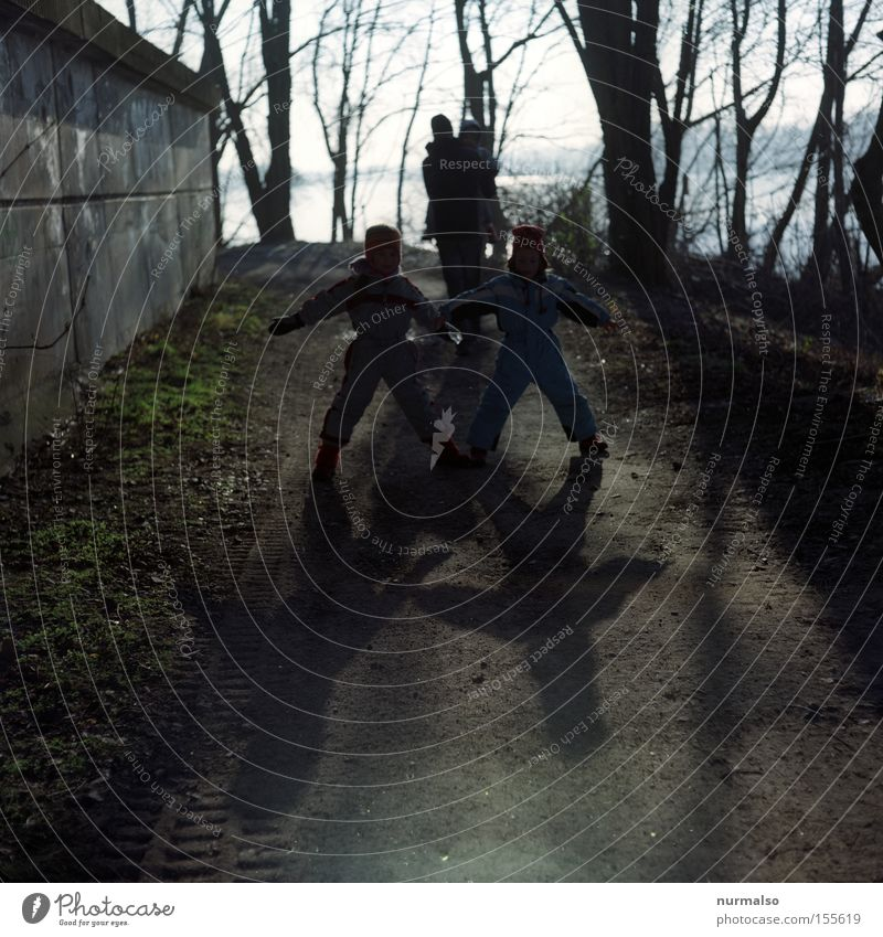 Kinder Kinder Familie & Verwandtschaft Vater Geschwister Schatten Spaziergang Winter Fluss Eisenbahnbrücke Buchstaben Spielen laufen Freude Menschengruppe Jan