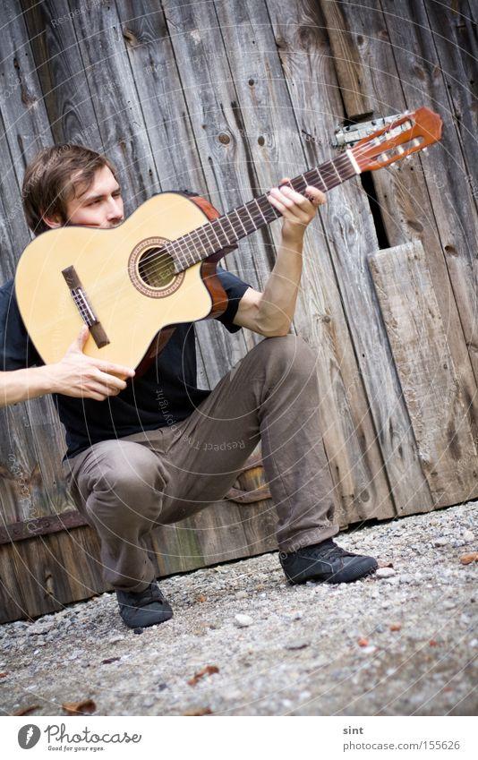 zielsicher Konzentration Jugendliche Musik Gitarre Sänger Jäger jagt aufschlagen Tophit Musikant Rocker Felsen Land Instrument holz
