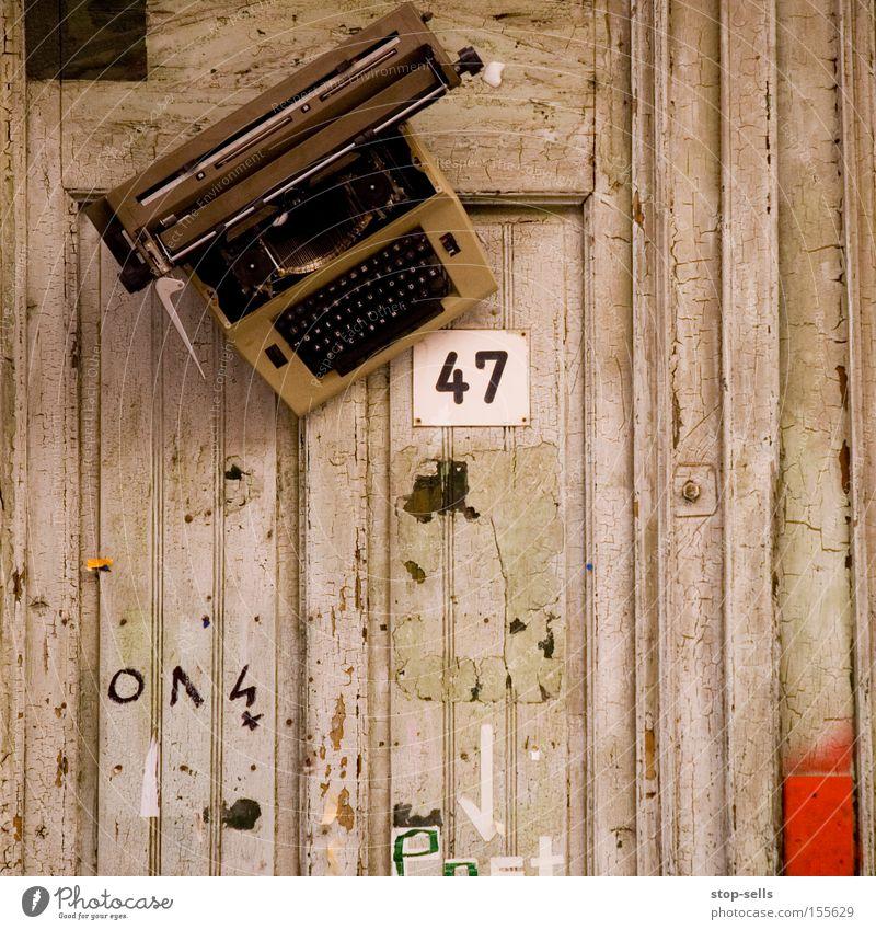 Schreibwerkstatt schreiben Literatur Hausnummer Schreibmaschine Roman Holzwand Buchstaben Tippen Kunst Kultur 47 Schriftsteller Konzeptkunst Eingangstür