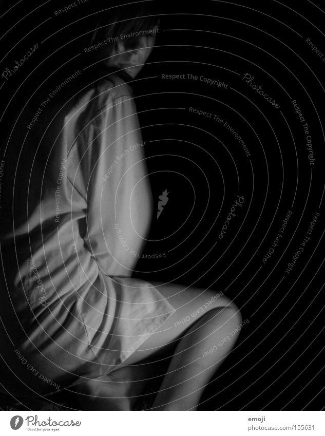 in der Dunkelheit gefangen dunkel Hemd Frau Nachthemd Seite Gesicht Haut schwarz grau Einsamkeit Trauer Verzweiflung Schwarzweißfoto Profil Falte