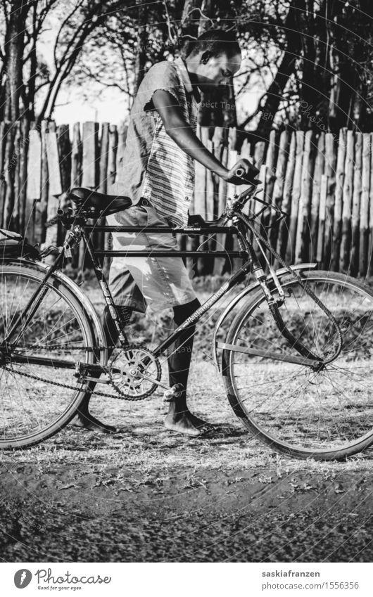 Exhaustion. Lifestyle Freizeit & Hobby Fahrradfahren Mensch maskulin Mann Erwachsene Jugendliche Körper 1 Natur Mode laufen Afrika Afrikanisch Afrikaner