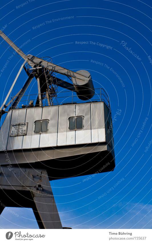 Metallischer Gewichtheber Kran blau Himmel grau strahlend Maschine Stahl Arbeit & Erwerbstätigkeit groß Macht schwer Industrie Hafen
