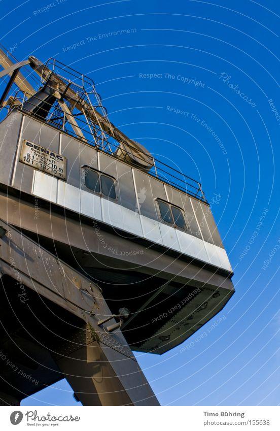 Metallischer Gewichtheber Teil 2 Kran blau Himmel grau strahlend Maschine Stahl Arbeit & Erwerbstätigkeit groß Macht schwer Industrie Hafen