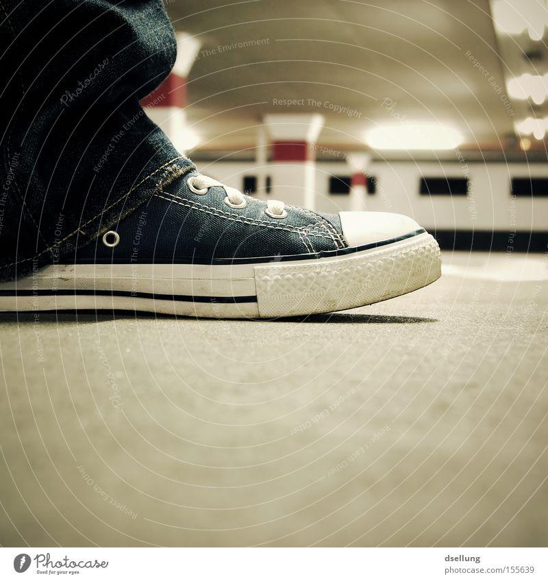 Chuck im Gegenlicht im Parkhaus Schuhe Chucks Jeanshose Licht Schatten Stoff Strukturen & Formen standhaft Säule Beton rot Kunstlicht Neonlicht Sauberkeit