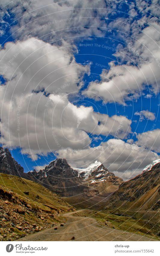 Straße im Andenhochland, Peru Wege & Pfade Landschaft Hochebene Berge u. Gebirge Wolken Himmel Schnee Gipfel Südamerika Felsen Verkehrswege felsmassiv