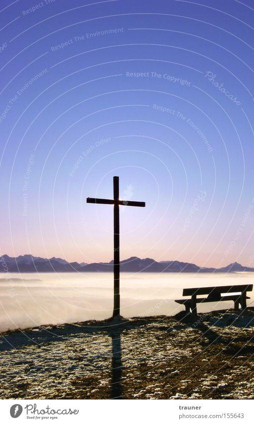 Am Gipfel des Nebels Außenaufnahme Abend Dämmerung Licht Schatten Silhouette Sonnenlicht Sonnenstrahlen Gegenlicht Erholung Winter Berge u. Gebirge Kunst