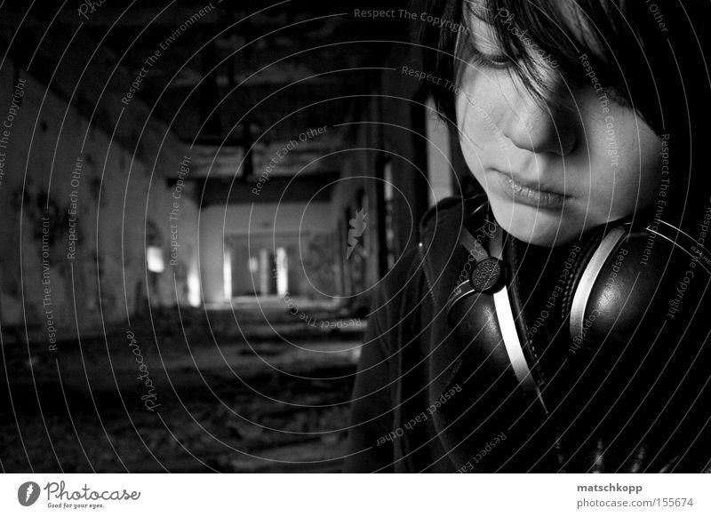 Melancholie eines Zwölfjährigen Pubertät Einsamkeit Gedanke Denken Schwarzweißfoto Verfall Ruine Porträt Trauer verloren Kopfhörer Gesichtsausdruck Ausdruck