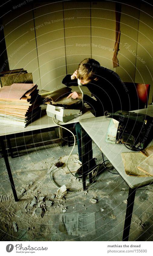 SCHATZ ICH KOMM HEUTE FRÜHER AUS DEM BÜRO Schreibtisch Büroarbeit Papierstau Schreibmaschine Telefon Büroangestellte Mann schäbig Schrank Fenster Stress dunkel