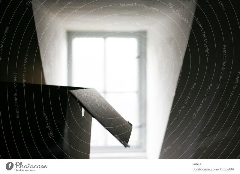 Dachboden Lifestyle Häusliches Leben Wohnung Renovieren Umzug (Wohnungswechsel) Menschenleer Fenster Dachgaube Kasten Karton Umzugskarton dunkel