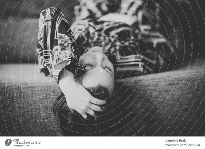 Sofa mit Frau Stil Wohnung feminin Kopf Hand Mode Kleid liegen schlafen träumen Traurigkeit Müdigkeit Sehnsucht Einsamkeit elegant Erholung Gelassenheit ruhig