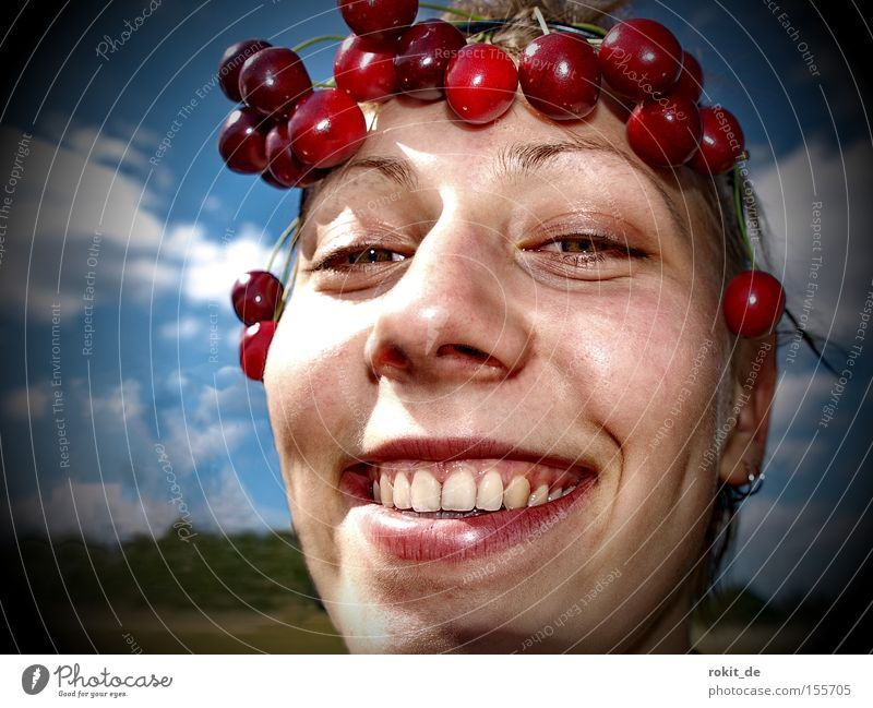 Cherry, Cherry Lady Kirsche Kranz Frucht süß lachen grinsen frech fruchtig Wange Mund Freude Jugendliche