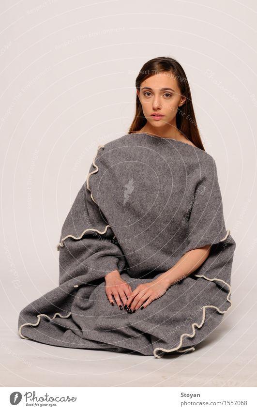 Mädchen und Kokon Mensch Jugendliche Stadt Junge Frau Freude 18-30 Jahre Erwachsene Leben Stil Lifestyle Glück Kunst grau Mode Design elegant