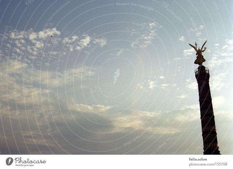 Up up to the sky...! Freiheit Sommer Skulptur Luft Himmel Wolken Sehenswürdigkeit Wahrzeichen Denkmal Siegessäule Stein Gold Engel Armut Ferne groß
